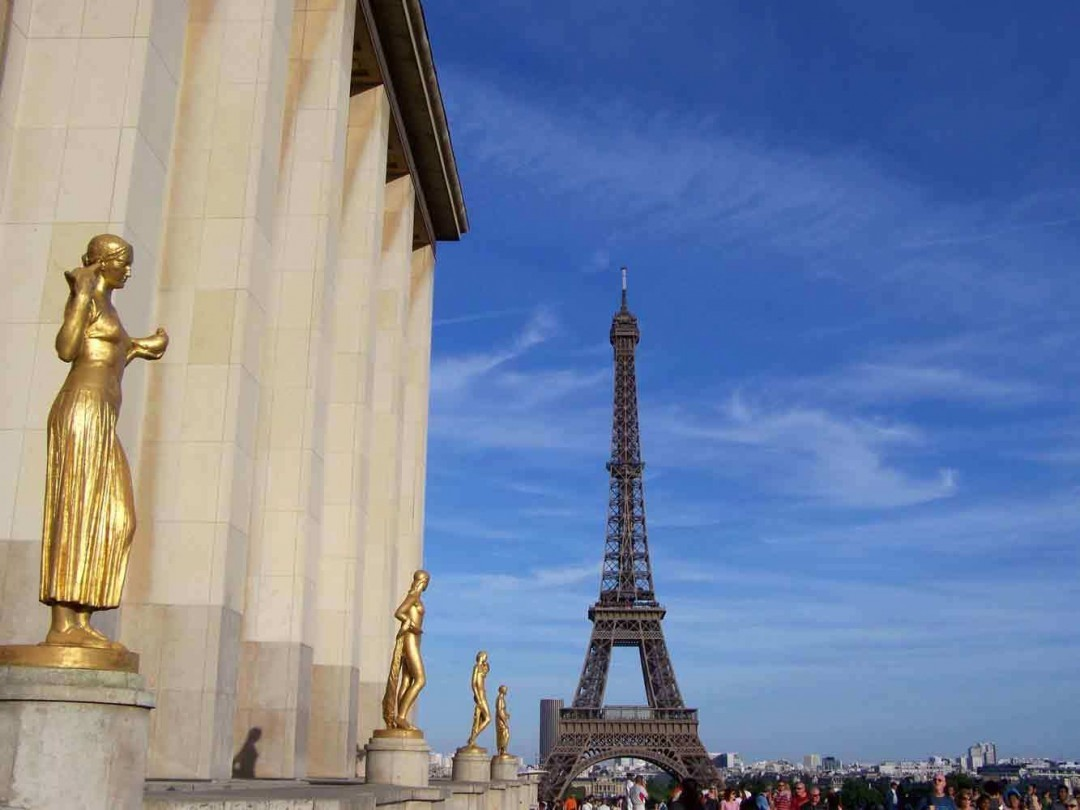 Trocadero-Gold-Statue-view-of-the-Eiffel-Tower - Paris - European Vacation Packages